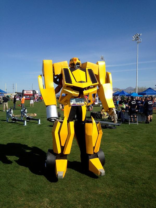 , Arizona, EUA, fez uma fantasiacosplay do Transformer Bumblebee