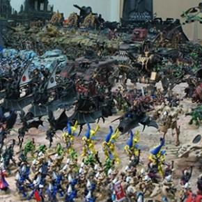 Fã de Warhammer 40K possui coleção completa com 700 peças pintadas à mão