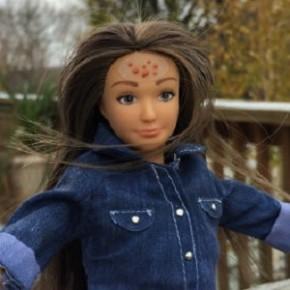 Boneca realista ganha espinhas, estrias e mais!