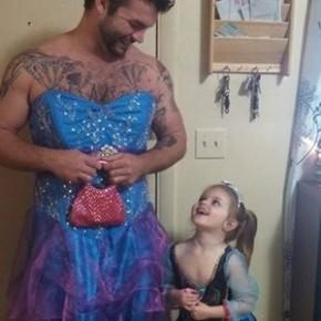 Tio se fantasia de princesa para ver Cinderella com a sobrinha