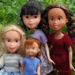 Mãe redesenha rosto de bonecas para torná-las mais realistas