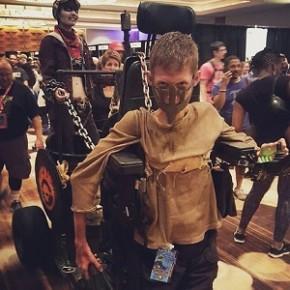 Jovem transforma sua cadeira de rodas em Cosplay de Mad Max