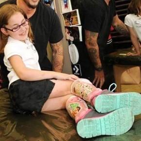 Tatuador realiza sonho de menina e ilustra órteses com vilãs da Disney