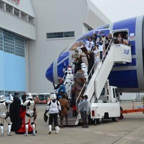 Boeing R2-D2 faz sua estreia com cosplayers de Star Wars a bordo!