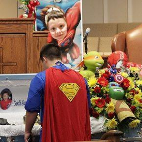 Super-heróis são tema de funeral para garoto vítima de tiroteio