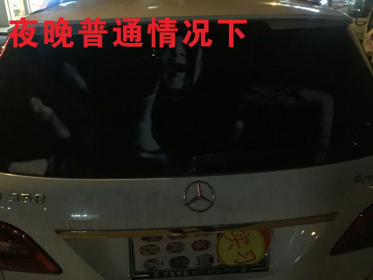 Motoristas chineses tentam impedir farol alto com adesivos assustadores