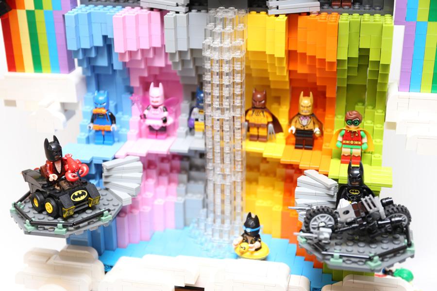 Batcaverna com decoração de arco-íris