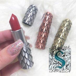 Batons com embalagens inspiradas em escamas de dragão