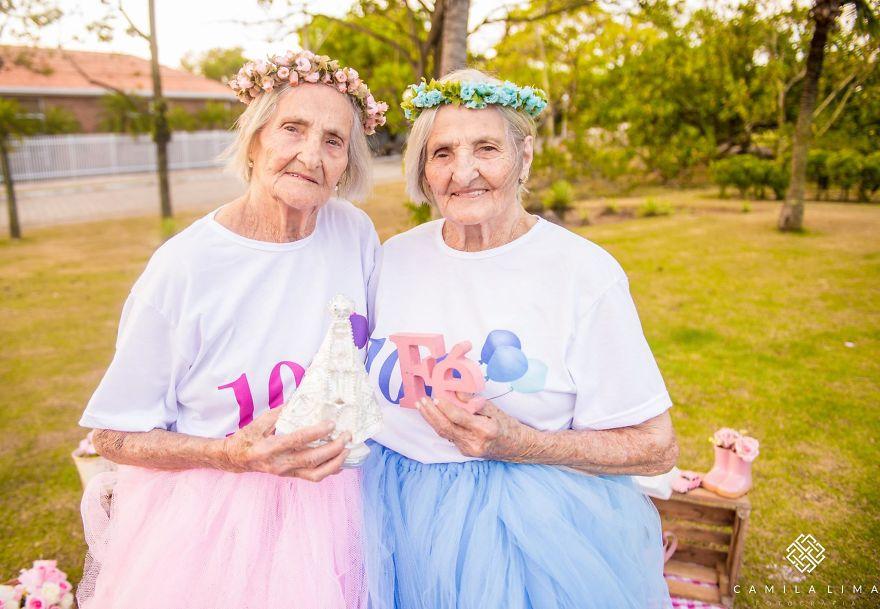 Gêmeas fazem ensaio fotográfico lindo para comemorar 100 anos