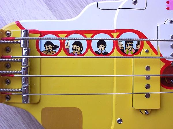 Grupo de luthiers cria baixo inspirado em Yellow Submarine