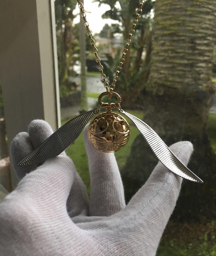 Caixa para anel de noivado é um colar em formato de Pomo de Ouro e abre secretamente com Nimbus 2000