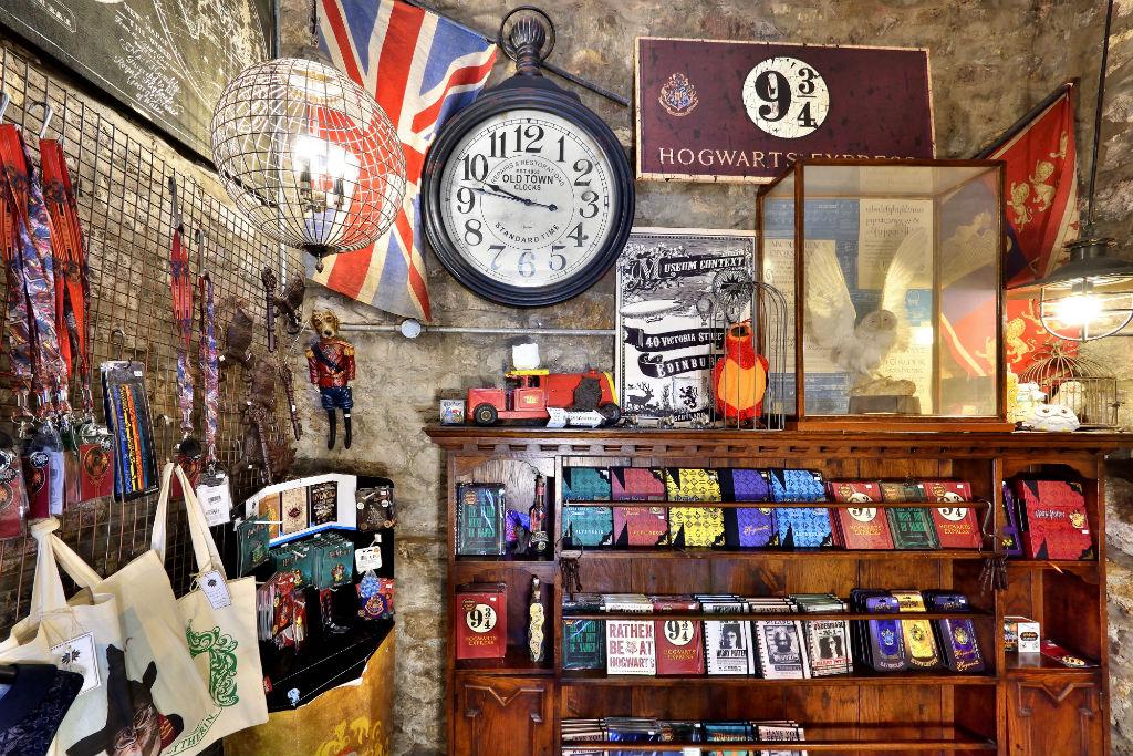 Loja para fãs de Harry Potter mistura produtos oficiais com artesanato local!