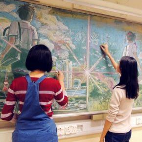 Estudantes chineses criam desenhos incríveis com giz no quadro negro da sala de aula