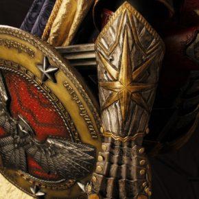 Armadura medieval inspirada em Mulher Maravilha