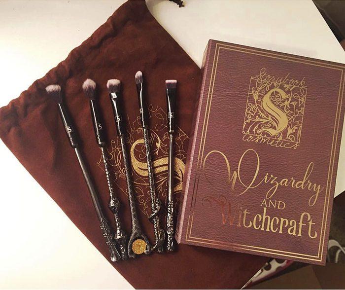 Batom de Game of Thrones, Pincéis de Harry Potter: Storybook Cosmetics tem tudo que amamos!