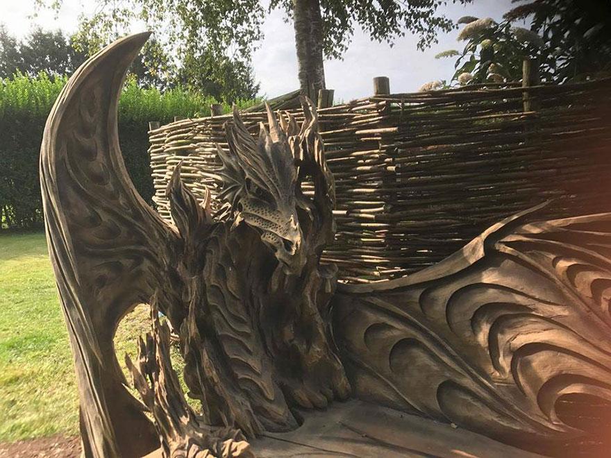 Escultor alemão cria banco de madeira no formato de dragão