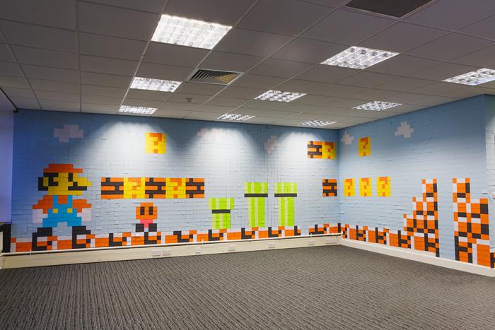 Funcionários recriam decoração de escritório inspirada em Super Mario utilizando apenas Post-its!